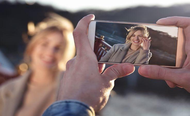 femme prise en photo avec un iphone